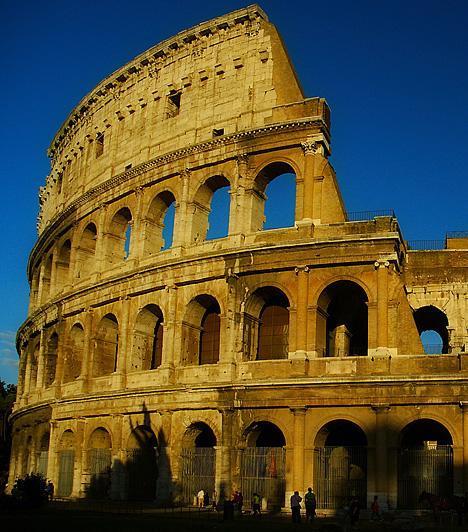 Colosseum, Róma, Olaszország A Colosseum, az ókori Róma hatalmas amfiteátruma Vespasianus császár uralkodásának ideje alatt épült, kapuit időszámításunk szerint 80-ban nyitotta meg. Az ellipszis alakú, 188 méter hosszú és 156 méter széles építmény egyszerre 50-80 ezer ember befogadására volt képes.Kapcsolódó cikk:3 csodás hely, amit muszáj látnod! »