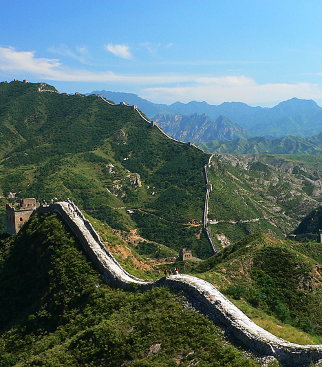 A kínai nagy fal, Kína A világ egyik legnagyszerűbb ember építette csodája a kínai fal, amely közel 6700 kilométer hosszan hullámzik kelet-nyugati irányban. Építése a Jin-dinasztia idején, az időszámításunk előtti hetedik és nyolcadik század között kezdődött, és mintegy 1800 év múlva ért véget. A több mint kétezer éves kínai nagy fal az UNESCO Világörökség része.