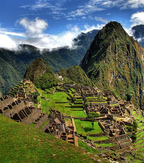 Machu Picchu, Peru  A perui Cuzco város közelében található, teljes egészében fennmaradt, 305 méteres magasságban elterülő inka romvárost 1911-ben fedezte fel Hiram Bingham amerikai régész. Az azóta az UNESCO Világörökségének részévé vált Machu Picchu egyike a világ leglátogatottabb turistalátványosságainak.Kapcsolódó cikk:A világ 3 hátborzongató, misztikus helye »