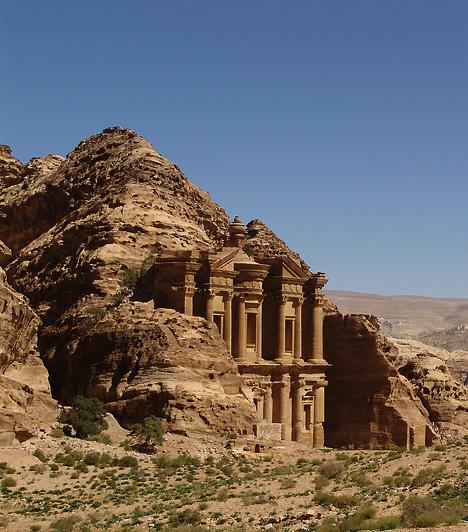 Petra, Jordánia A rózsaszín városként is emlegetett Petra létezéséről 1812-es felfedezéséig kizárólag a helyi törzseknek volt tudomása. A Közel-Kelet egyik legnagyszerűbb látványossága a régészek szerint már a történelem előtti időkben lakott volt, erre pedig az egyik legjobb bizonyítéknak egy, a közelben feltárt kilencezer éves város tűnik, amely a Közel-Kelet egyik legkorábbi ismert települése.