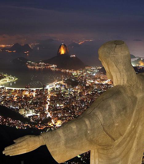A megváltó Jézus szobra, Rio de Janeiro, BrazíliaRio de Janeiro önmagában is különleges hely, világhírét azonban a Corcovado-hegyen magasodó Krisztus-szobornak - portugálul Cristo Redentor, a Megváltó Krisztus szobra - is köszönheti. A meredek gránitfalak fölött többméteres talapzaton álló szobor 30,5 méter magasságból, 1931. október 12-i ünnepélyes felavatása óta figyeli Brazília legnyüzsgőbb városának mindennapjait.