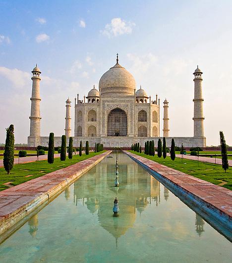 Taj Mahal, Észak-India  A világ egyik legismertebb épülete az észak-indiai Agra városa mellett található. A mogul uralkodó, Sáhdzsahán felesége, Ardzsuman Banu emlékére építtette a Taj Mahalt az 1600-as évek közepén, akit 14. gyermekük születésekor vesztett el 18 évnyi házasság után. Szerelme jeléül a világ legszebb mauzóleumát akarta felépíteni.Kapcsolódó cikk:3 hely, amit legalább egyszer látnod kell »