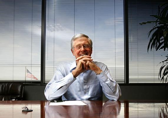 A 78 éves amerikai Charles Koch a testvérét megelőzve a hatodik a világ leggazdagabb embereinek listáján. Egy év alatt szintén 6 milliárd dollárral növelte vagyonát.