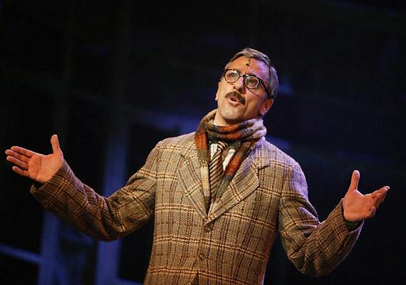 Kőnig tanár úr szerepében az alig felismerhető Csonka Andrást - illetve a másik szereposztásban Magócs Ottót - láthatod.