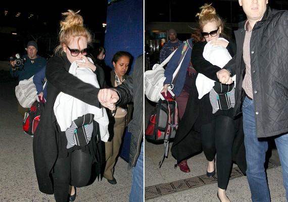 Adele nem szeretné, ha a babáját lefotóznák, ezért, ha magával is viszi, mindig bebugyolálja valamibe. Így tett a Golden Globe-gála előtt is.
