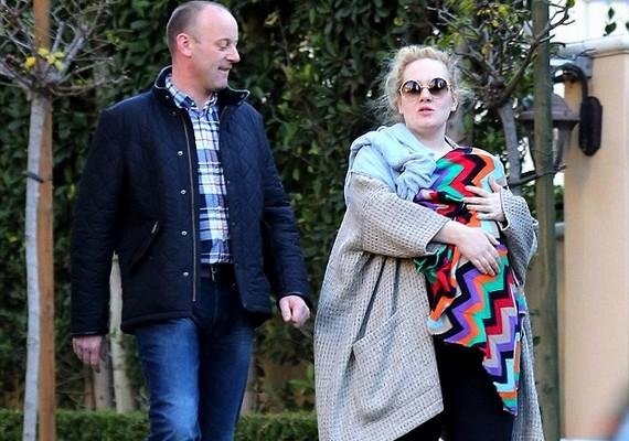 Adele a napokban egy ismeretlen férfi társaságában sétálgatott kisbabájával, akit több száz dollárosMissoni takaróba burkolt a lesifotósok elől.