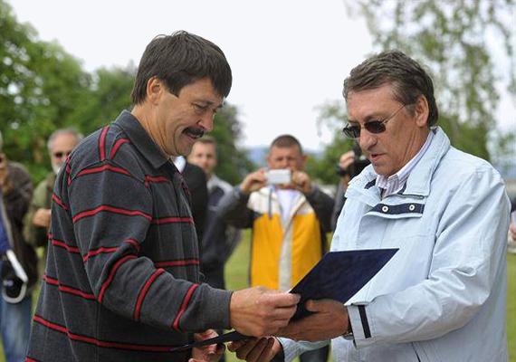 Áder János megkapta a horgászat nagykövete kitüntető címet a májusi verseny után.
