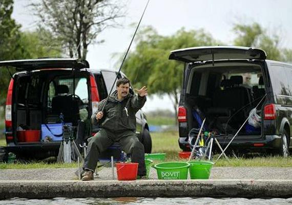 A májusi velencei horgászversenyen Áder János is részt vett, láthatóan igen aktívan várja a kapást az államfő.