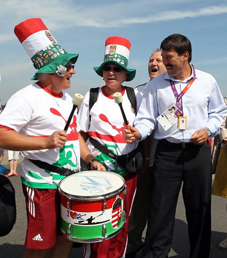 Szurkolókkal  Áder János magyar szurkolókkal dobol a Dorney falu melletti Eton Dorney evezőspályán 2012. augusztus 11-én, a 2012-es londoni nyári olimpia utolsó előtti versenynapján.