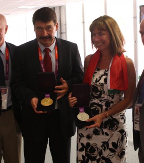 Az érmekkel  Áder János és felesége, Herczegh Anita megtekintik az olimpiai érmeket Csák János, Magyarország londoni magyar nagykövete és Charles Allen, az olimpiai falu polgármestere társaságában.