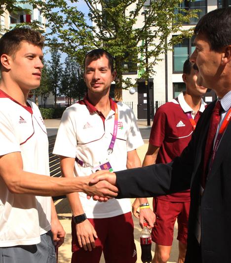 Kézfogás Gyurtával  Kézfogás Gyurta Dániellel, a férfi 200 méteres mellúszás olimpiai bajnokával az olimpiai faluban.