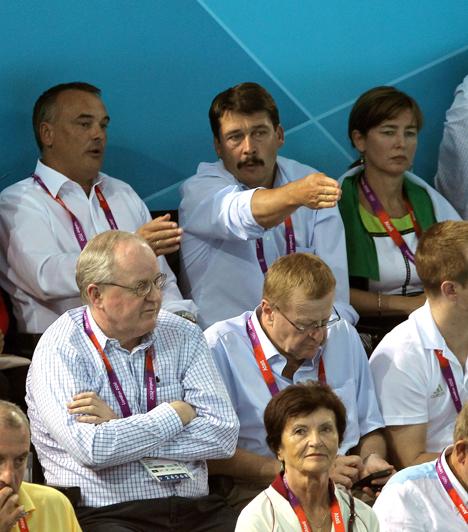 Női vízilabda  Áder János aktívan részt vett az olimpián. A képen a köztársasági elnök és Borkai Zsolt, a Magyar Olimpiai Bizottság elnöke beszélgetnek a lelátón a 2012-es londoni nyári olimpia női vízilabdatornájának Magyarország - Ausztrália bronzmérkőzésén a Vízilabdacsarnokban.