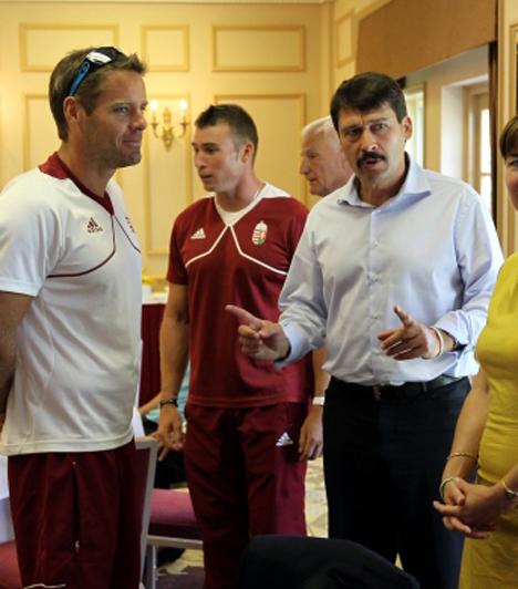 Kökény Rolandékkal  Áder János Kökény Rolanddal és Dombi Rudolffal, az olimpiai bajnok kajakpárossal beszélget magyar kajak-kenu válogatott szállásán Dorneyban.