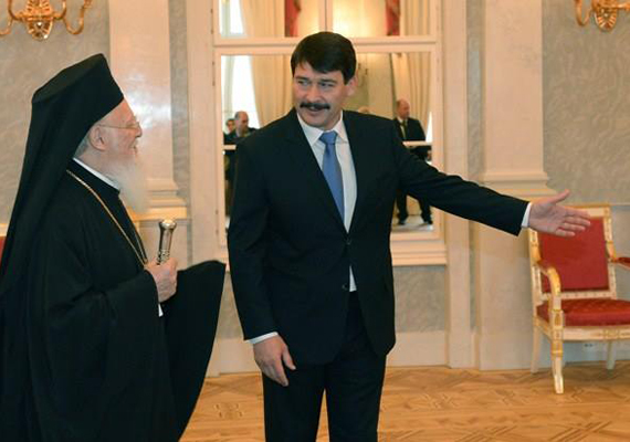 Vajon mi váltotta ki az államfőből ezt a kedves mosolyt, amikor a Sándor-palotában I. Bartolomaiosz ortodox pátriárkát fogadta március 6-án?