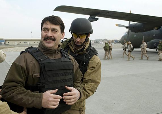 Áder János Afganisztánt is megjárta, és nem tudni, miért, de nagyon örült neki.
