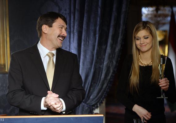 Vigyorogva dörzsöli a tenyerét Áder János köztársasági elnök újévi beszéde közben. Ez meg vajon mit jelenthet?