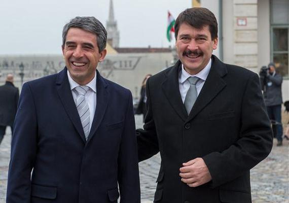 Itt még a fogai is látszanak, annyira örül Áder a bolgár államfőnek, Rosen Plevnelievnek.Forrás:
