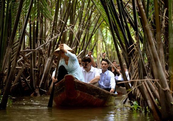 Áder tavaly novemberben Vietnamban a klímaváltozás hatásairól tudakozódott. Ezen a képen éppen a Mekong folyót fürkészi.
