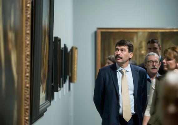 Feleségével, Herczegh Anitával Rembrandt-képeket néz a Szépművészeti Múzeumban. A kép februárban készült.