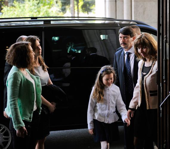 Áder János feleségével, Herczegh Anitával és lányaival.