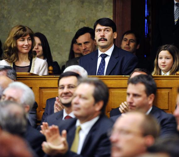 A házelnök kihirdeti a köztársasági elnök személyére leadott szavazatok eredményét a parlamentben.