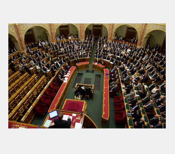 Az MSZP és a DK távozásával tiltakozott.
