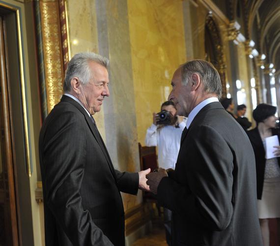 Schmitt Pál volt köztársasági elnök és Reviczky Gábor beszélget a Parlament folyosóján az Országgyűlés plenáris ülése előtt, ahol szavaztak Áder János megválasztásáról.