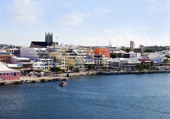 Bermuda egy szigetcsoport az Atlanti-óceánban, jogilag Nagy-Britannia tengerentúli területe. 150 szigetből és mintegy 200 korallzátonyból áll, de előbbiek közül csupán 20 lakott, ezek közül tízet hidak kötnek össze. Az itt lakóknak sem kell adót fizetniük.
