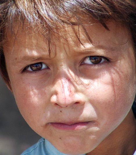 Az afgán szülők többsége szeretné taníttatni a gyermekeit. Az országban uralkodó szegénység miatt azonban ez csak azon családoknak sikerül, ahol a gyermekeknek nem kell dolgozniuk a megélhetésért, vagy van olyan segélyszervezet, amely segít ebben.Kapcsolódó cikk:4 fotó, amely megdöbbentette az egész világot »