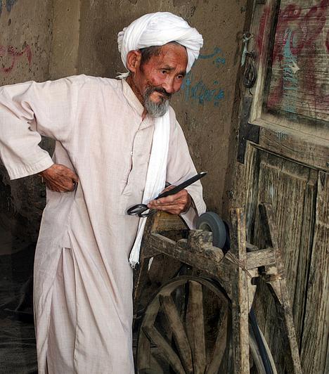 Afganisztánt túlnyomó részben muzulmánok lakják, hivatalos nyelve az afgán perzsa és a pasto. Az ország etnikai szempontból rendkívül sokszínű: az afgánok mellett élnek itt tádzsikok, hazarák, üzbégek, ajmák, türkmének, beludzsok és nurisztániak, valamint kazah és kirgisz népek.