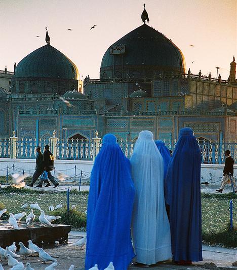 A muszlim világban a feleség feladata a háztartás vezetése és a gyermeknevelés, minden mást - beleértve a bevásárlást is - a férfi végez. A szigorú hagyományok szerint a nő nem mutathatja szépségét, és nem hagyhatja, hogy a férfiak megnézzék, vagy róla beszéljenek - a szüzessége mellett a jó híre az, amit feltétlenül meg kell őriznie.Kapcsolódó cikk:4 megbocsáthatatlan bűn, amit a nők ellen elkövetnek »