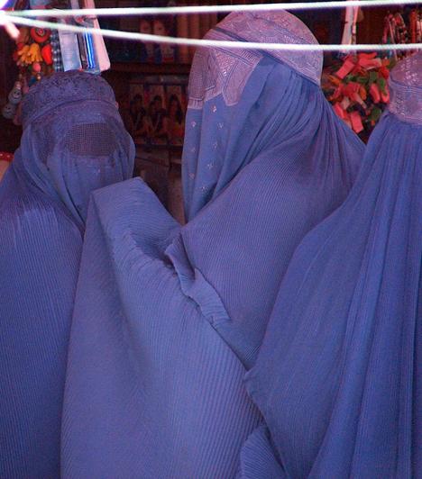 2001 óta az egész testet eltakaró lepel, a burka sem kötelező, bár sokan a mai napig hordják. A nők jogainak kiszélesedése ellenére azonban - a még élő, igen szigorú hagyományok következtében - a nők elleni és a családon belüli erőszak nem szűnt meg, sőt, egyesek szerint tovább súlyosbodott.