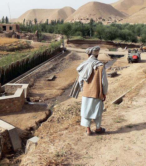 Az ország ásványkincsekben igen gazdag: délkeleten arany-, ezüst-, réz- és vasérc-lelőhelyek találhatók, északon pedig jelentős kőolaj- és földgázkészlettel rendelkezik. A folyamatos háborúk következtében azonban nyersanyagkészletei kiaknázatlanok, így Afganisztán ma a Föld egyik legszegényebb országa.