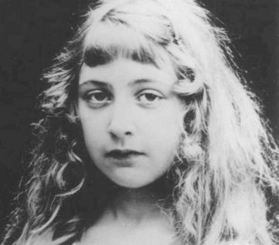 Nem tudni pontosan, mikor készült ez a fotó Agatha Christie-ről, de valószínűleg ez a legrégebbi: az írónő itt mindössze 12-13 éves lehetett.