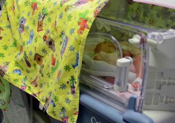A képen a világra hozott csecsemő látható. Eddig példa nélküli módon a szülés után a 31 éves agyhalott asszony öt szervét négy, szervátültetésre váró beteg kapta.