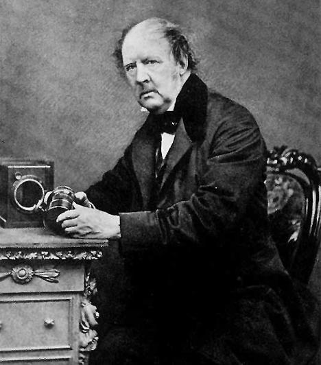 William Henry Fox Talbot (1800-1877)Az elhivatott angol kutató, régész és filológus fejlesztette ki 1935-ben a negatíveljárást, melynek alkalmazásával egyetlen felvételről korlátlan mennyiségű másolatot lehetett készíteni. A modern fényképezés Talbot találmányával kezdődött.