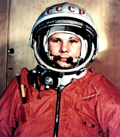 Jurij Gagarin (1934-1968)A szovjetek és az amerikaiak űrharcából az első körben a szovjetek kerültek ki győztesen: az ő asztronautájuk, Jurij Gagarin volt az, aki a történelemben először, 1961. április 12-én, 108 perc alatt űrhajójával megkerülte a Földet.