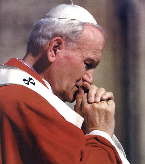II. János Pál pápa (1920-2005)A lengyel származású II. János Pál pápa jóvoltából a katolikus egyház is szerepet játszott a kelet-európai kommunista rendszerek összeomlásában, és kiállt a demokratizálódási törekvések mellett. Számtalan külföldi utazásával nagy népszerűséget vívott ki magának, és ő volt az is, aki bocsánatot kért az egyház tévedéseiért.