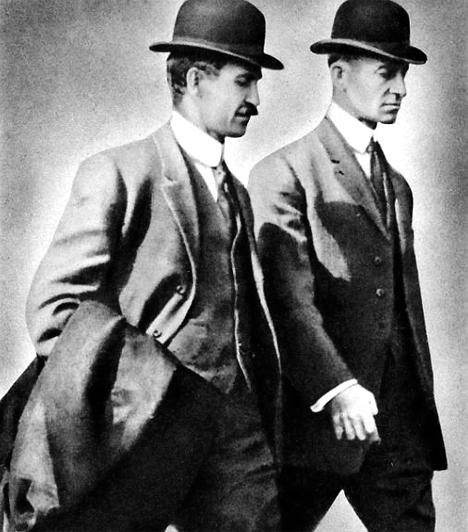 Wilbur (1867-1912) és Orville Wright (1871-1948)Az amerikai repülőépítő testvérpár Flyer II. nevű gépe 1903. december 17-én emelkedett a magasba. A történelem első motoros repülőútja 36 méter hosszan és mintegy 12 másodpercig tartott. Mégis ez volt az a pillanat, amikor az égbolt meghódításáért vívott repülőgépes verseny visszavonhatatlanul kezdetét vette.