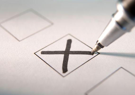 2013-ban dőlt csak el, hogy nem lesz kötelező választási regisztráció a magyarországi lakcímmel rendelkező szavazóknak. Pedig ezt a Fidesz és a kormány egy éven át, 2011 őszétől láthatóan nagyon szerette volna, hiszen a kutatások szerint az ő szavazóik bizonyultak a legaktívabbnak, akik hajlandóak lettek volna nyilvántartásba vetetni magukat. Végül az Alkotmánybíróság alkotmányellenesnek ítélte a tervezetet, amit igazán meg sem tudtak indokolni a kitalálói.