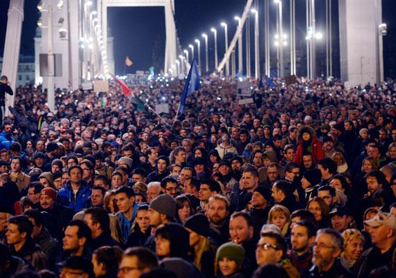 A netadó ötlete és elvetése volt eddig az egyetlen olyan ügy az Orbán-kormány idején, amikor nyilvánosan visszavonulót fújt a kormány, és úgy, ahogy elismerte a tévedését. Orbán Viktor akkor a meglepően sokakat megmozgató tüntetéshullám miatt jelentette be, hogy meghátrálnak. Hasonló okból finomítottak 2013-ban a felsőoktatási törvénytervezeten, akkor a diákok vonultak többször utcára, és egyetemet is foglaltak.
