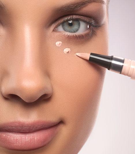 KorrektorEgy jó minőségű korrektorral eltüntetheted a szemed alatti karikákat, vagy az apróbb bőrhibákat, kisebb pattanásokat, vagy az az után maradt pirosodást. Ha alapvetően nem problémás a bőröd, a hétköznapokon fölösleges alapozóval terhelned az arcodat, elég, ha korrektort használsz.