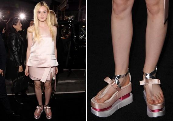 A húga, Elle Fanning viszont egy érdekes platform cipőt választott az eseményre.