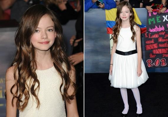 A vámpírházaspár lányát játszó Mackenzie Foy tündérien festett bájos fehér ruhájában és barna loknijaival.
