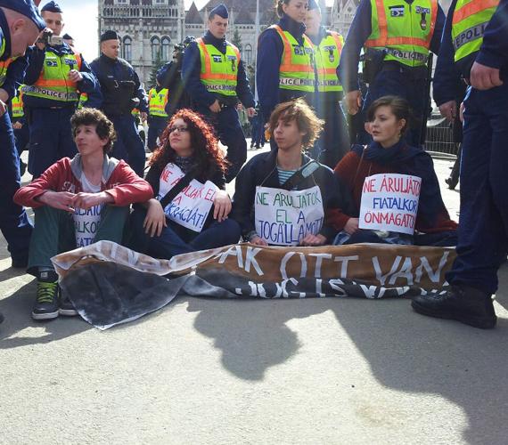 """Diákok """"blokád"""" alá vonták a Parlamentet."""
