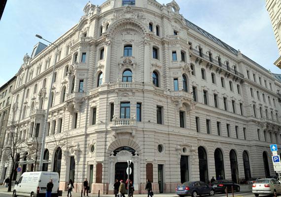 A Magyar Nemzeti Bank komoly mértékű ingatlanvásárlásba kezdett. Egyik nagy érétkű ingatlant vásárolta a másik után a Matolcsy György egykori nemzetgazdasági miniszter által irányított intézmény, mikor is nagy igyekezetében 18 milliárd forintért vásárolt meg egy 11-12 milliárd forintot érő palotát - legalábbis erről írt augusztusban az mfor.hu. A szóban forgó épület egyébként az Eiffel Palace, az ország legértékesebb irodaháza, ha azonban a hír igaz, még is 6-7 milliárd forinttal fizetett rá az állam pénzéből gazdálkodó szerv.