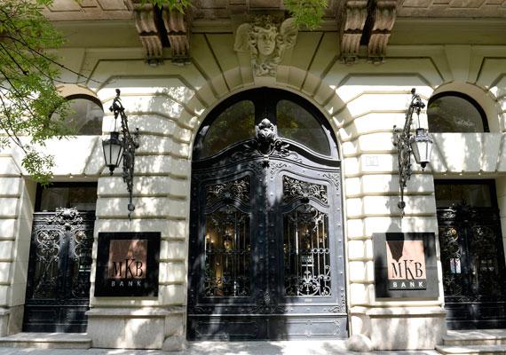 Az MKB Bank megvásárlásával a Figyelő szerint akár 160 milliárd forintot is bukhatott az állam. Miután nyélbe ütötték az üzletet, a magyar fél szanálás alá vette a bankot, mivel komoly veszteségeket is vásároltak, amiket most valahogy finanszírozni kell - írja a lap. Egyébként pont a napokban jelentette a jegybank, hogy elkezdték a pénzintézet átalakítását.