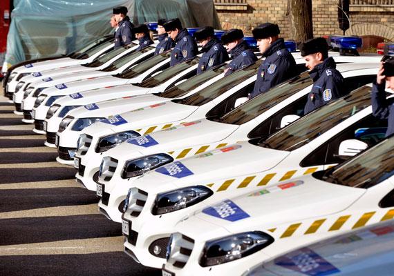 Megszűnt a korkedvezményes nyugdíj, alacsonyak a bérek: nem csoda, hogy ilyen körülményekkel szembesülve sok rendőr hagyja el a pályát. Egy kezdő fiatal bruttó 130 ezer forintot kap, és rendkívül leterhelt. Csak a Készenléti Rendőrség kötelékébe tartozók kapnak bevetési pótlékot, ami bruttó 38 ezer forinttal emeli a fizetést havonta. Tavaly októberben még 2015-re emelést ígért a rendőröknek is Lázár János, így júliustól várható a bérek emelkedése.