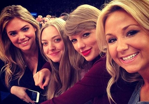 A lányok egy szelfit is készítettek, melyen egy negyedik barátnőjük is velük mosolyog.