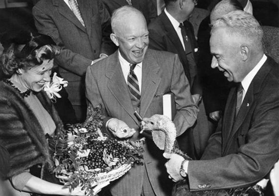 1954-ben Dwight D. Eisenhower elnök éppen egy 43 kilós pulykát kap hálaadás alkalmából.